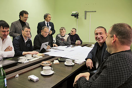 Иностранные менеджеры сочли важным лично присутствовать при подписании выгодного контракта с «Алмазом», хотя юридически сделка проходила через компанию «Техноком Юг», представляющую интересы западных станкостроителей на российском рынке.