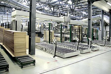 Второй этаж фабрики, где сконцентрированы отделочные участки, тоже доводится доума. Зона отделки плит МДФ— фрезеровка, окутывание плёнками, окраска— оснащается транспортными системами.